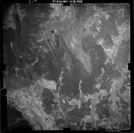 Photographie aérienne de quelques chirats des Crêts du Pilat prise en 1953