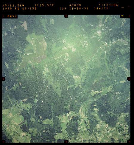 Photographie aérienne de quelques chirats des Crêts du Pilat prise en 1999