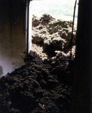 Coulée de 1977 rentrant par la fenêtre d'une cellule de la gendarmerie de Sainte Rose (La Réunion)