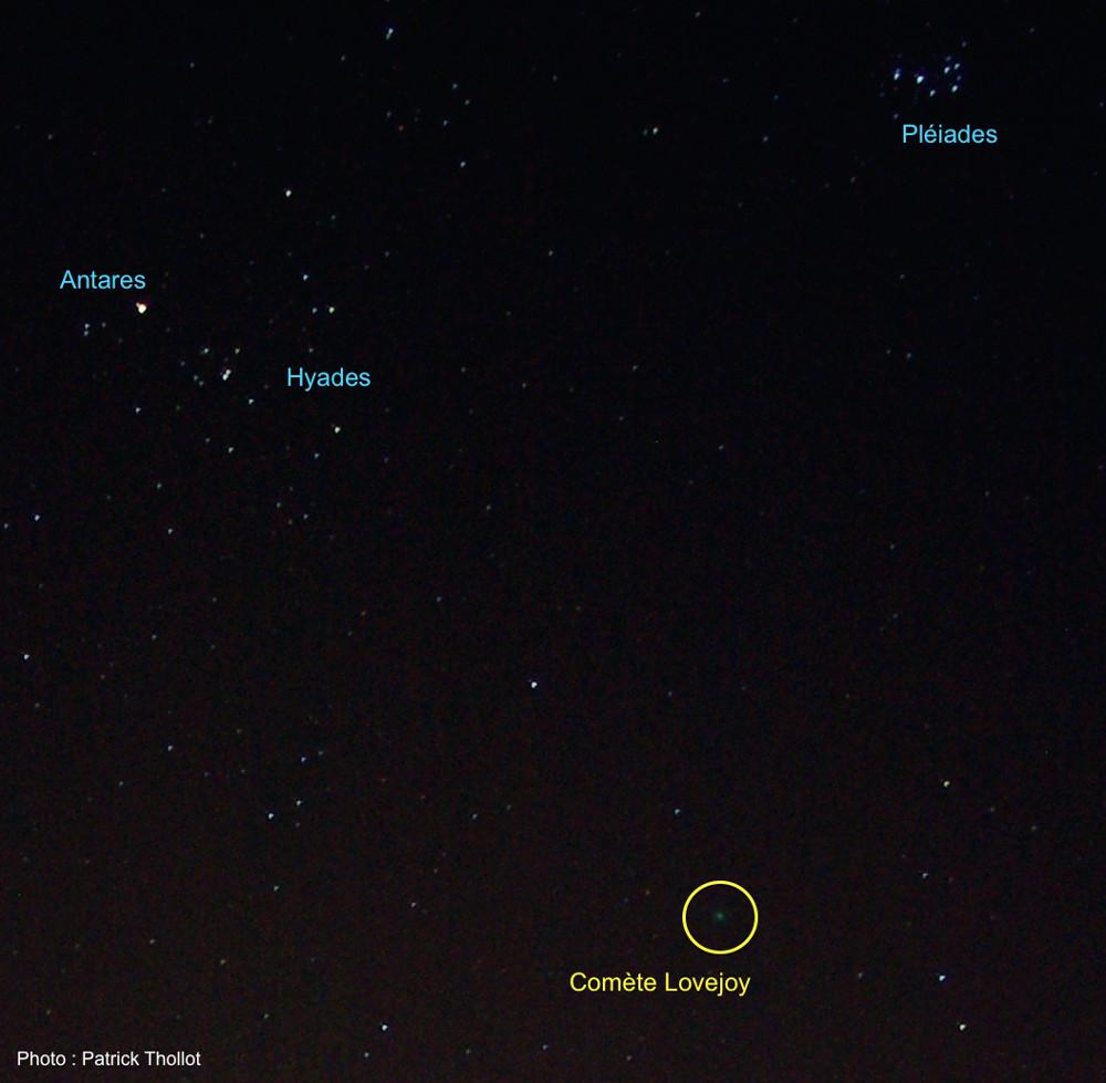 La comète C/2014 Q2 Lovejoy, le soir du 12 janvier 2015, sous les amas des Hydes et des Pléiades, vue annotée
