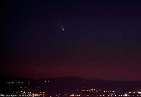 La comète Panstarrs vue de Betz (altitude ~600m) près de Saint Julien en Chapteuil au-dessus de l'éclairage de la ville du Puy-en-Velay, 15 mars 2013 à 20h09