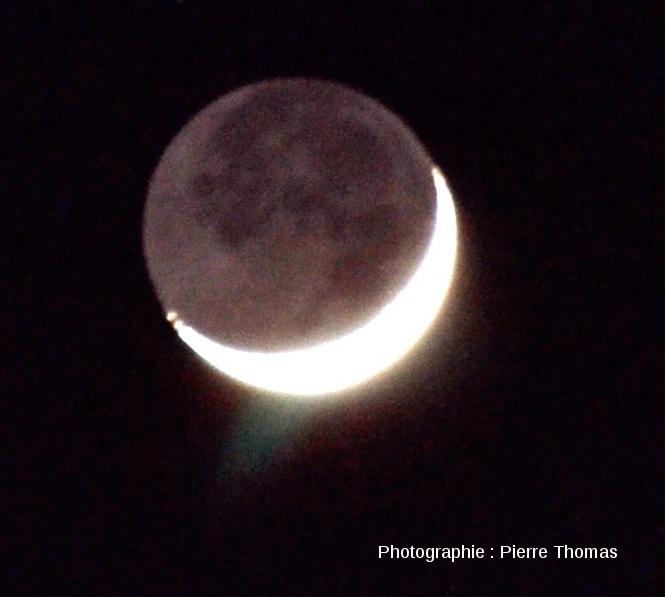 Très gros plan sur la Lune et sa lumière cendrée, 25 mars 2012