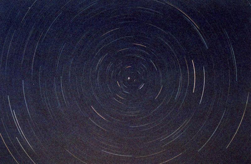 Le mouvement circulaire des étoiles circumpolaires autour du pôle céleste impose l'idée que le Ciel est sphérique