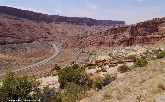 Le Visitor Center du Parc National des Arches, Utah, immédiatement à l'Est de la faille de Moab, photographie prise en direction du Nord depuis l'entrée du parc