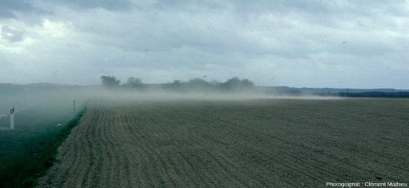 Érosion éolienne sur formation sablo-limoneuse et sol nu en climat tempéré atlantique, département de l'Aisne, France