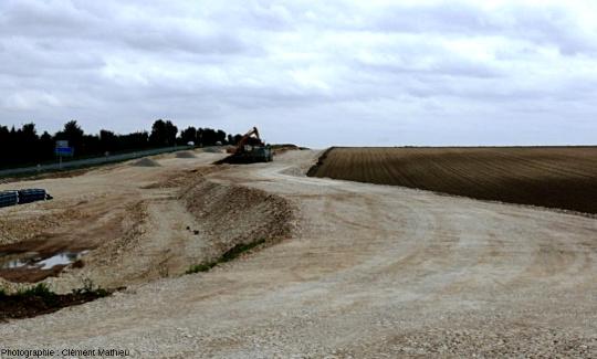 Chantier d'autoroute stérilisant et déblayant des sols agricoles, région de Poitiers, France