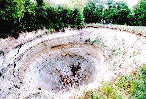 Grand fontis sur le plateau dû à l'effondrement d'anciennes galeries à Frépillon (Val d'Oise)