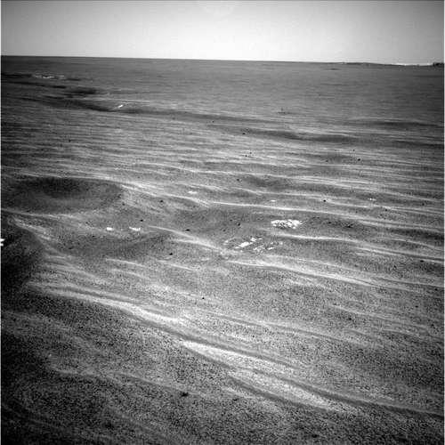 Dépressions alignées observées par Opportunity le 6/04/04 (sol 71) dans les vastes plaines de Meridiani Planum