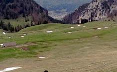 Alignement de dolines ou d'entonnoirs d'effondrement en pays calcaire, région du Chasseral, Jura suisse