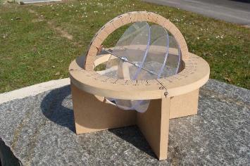 Sphère armillaire réalisée par Émile Séchaud, montrant la trajectoire du Soleil au solstice d'été, aux équinoxes et au solstice d'hiver (les trois disques de plexiglas)
