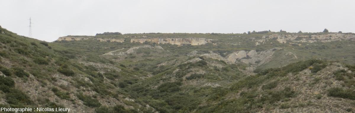 Point de vue, vers le Nord, sur le plateau de Sèze subhorizontal (Miocène) reposant des couches redressées (pendage 40° N-O) du Crétacé inférieur de la Chaine des Costes (Bouches-du-Rhône)