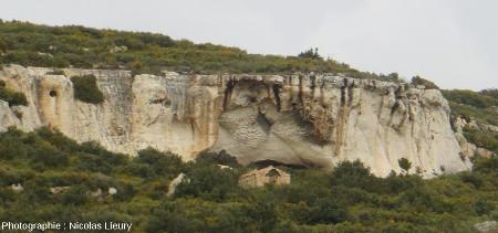Affleurement 3, la falaise calcaire du plateau de Sèze