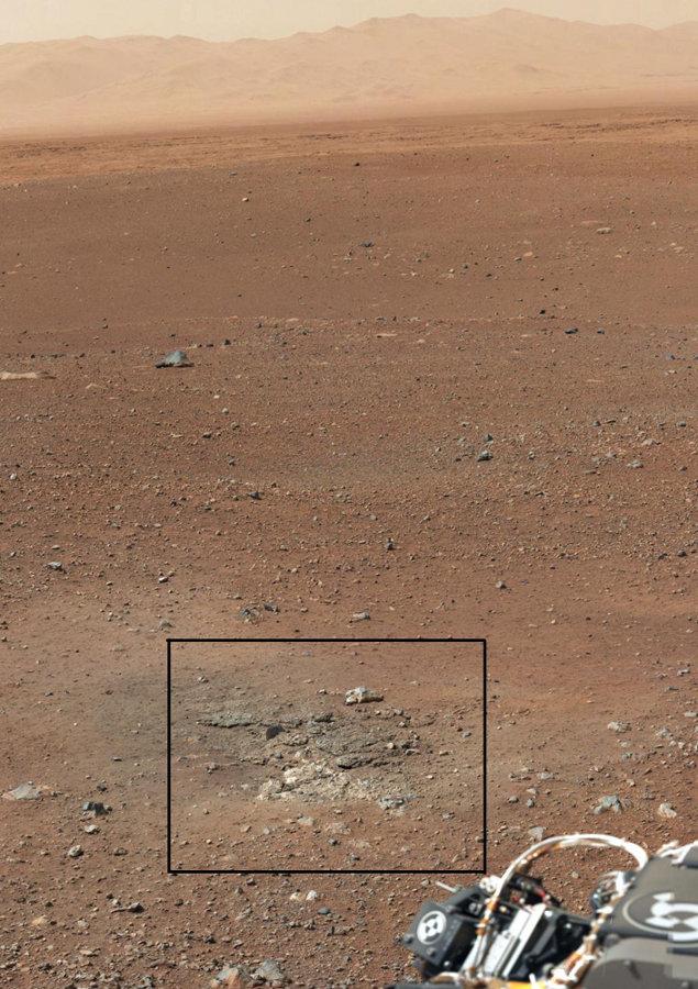 Vue prise en direction du Nord, localisant un affleurement (rectangle noir) situé à quelques mètres (≈ 5m) de Curiosity