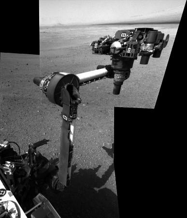 Le bras porte-outils de Curiosity photographié par les caméras de navigation situées sur le mat