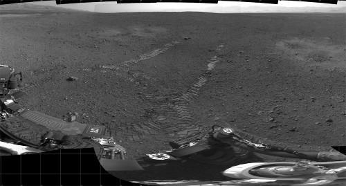 Les traces des premiers mètres effectués par Curiosity le 22 août 2012