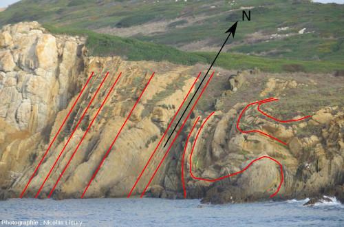 Orientation Nord/Sud des d'axes de plis dans les micaschistes de l'île de Bagaud, réserve intégrale à l'Ouest de l'île de Port-Cros