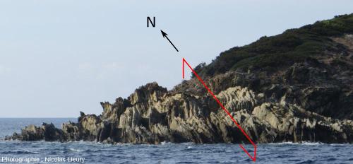 Orientation Nord/Sud des plans de schistosité dans les micaschistes de l'Ouest du fort du Moulin sur l'île de Port-Cros