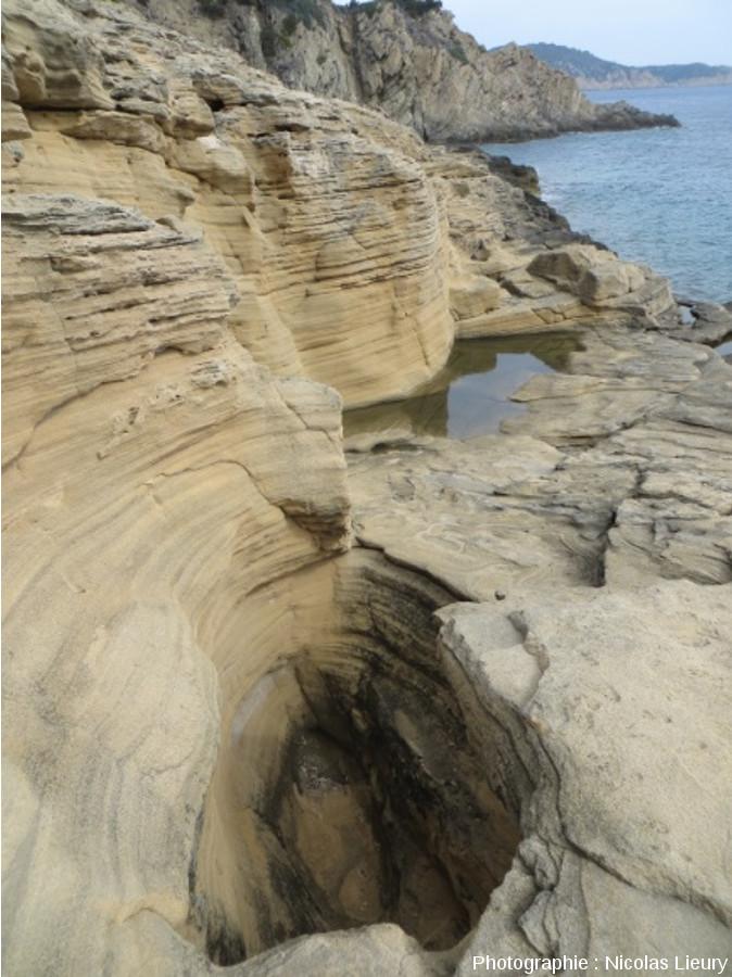 Érosion en «marmite de géants» dans la dune fossile de la Pointe du Tuf, Sud-est de l'île de Port-Cros, Var