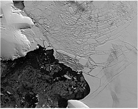 Plate-forme Wilkins (Antarctique): gros plan sur l'ex-pont de glace le 10 avril 2009, 4 jours après sa rupture