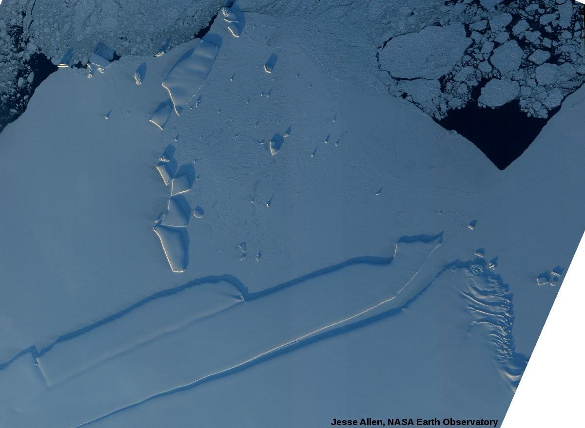 Icebergs pris dans la banquise en bordure de l'océan, côte de la Princesse Ragnhild, Antarctique