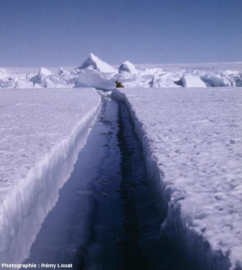 Fracture sur la banquise, au printemps, en Terre Adélie (Antarctique)