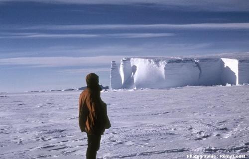 Vue printannière de la côte de la Terre Adélie (Antarctique)