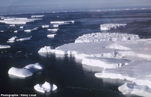 Vue aérienne des abords de la Terre Adélie (Antarctique) en été