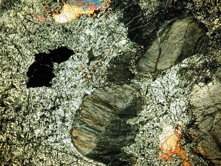 Seconde lame mince de serpentinite: orthopyroxène et clinopyroxène en Lumière Polarisée Analysée (LPA)
