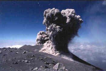 Semeru (Java), une explosion andésitique