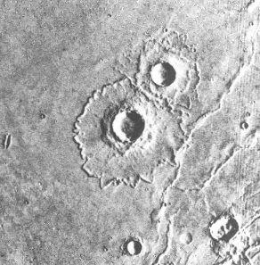 Cratères avec éjectas situés dans Sinai Planum (21°S 76°W)