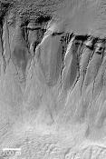 Ravines formées sur la paroi d'un cratère d'impact météoritique (39.0°S,200.7°W)