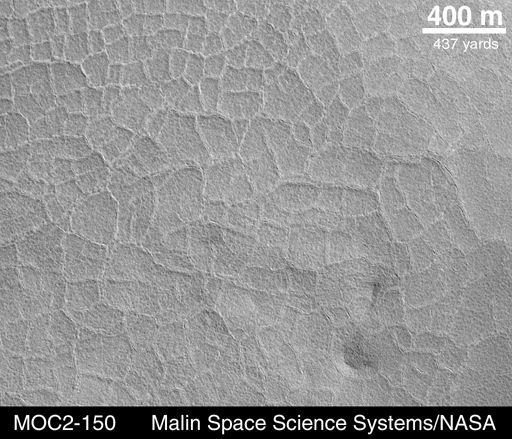 Sol polygonal observé sur Mars en mai 1999 par la caméra MOC