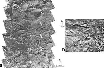 (a) Chenaux et terrain chaotique à la source de Tiu Vallis et (b) Détail de la photographie (a)
