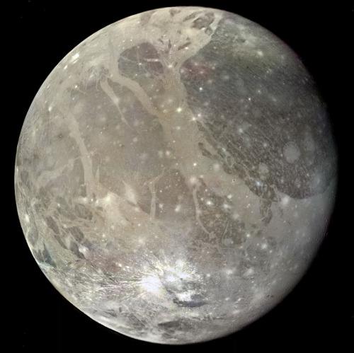 Vue globale de Ganymède, satellite de Jupiter, d'un diamètre de 5262km, et d'une masse volumique de 1940kg/m³
