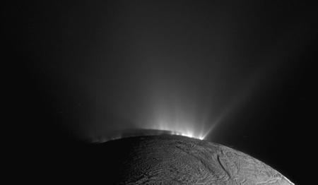 """Vue oblique des """"geysers"""" d'Encelade, satellite de Saturne d'un diamètre de 502km de diamètre"""
