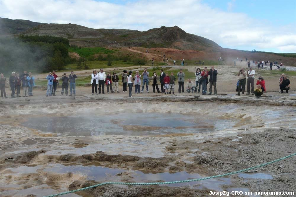 Le Strokkur (Islande) entre deux éruptions
