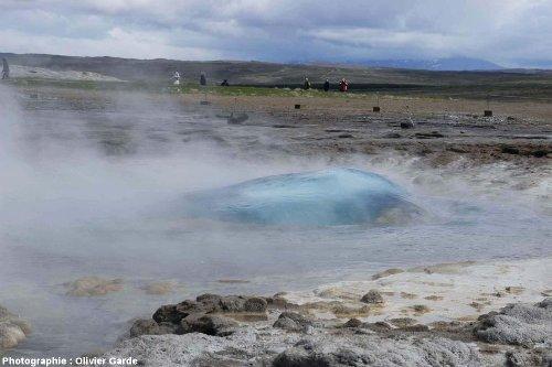 Le Strokkur (Islande), remontée d'une bulle bleutée