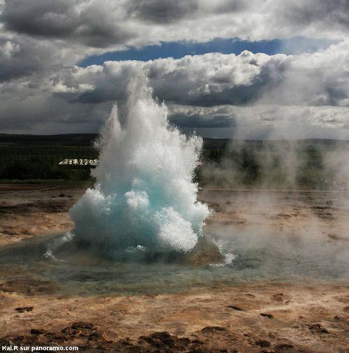 Le Strokkur (Islande), la vapeur monte