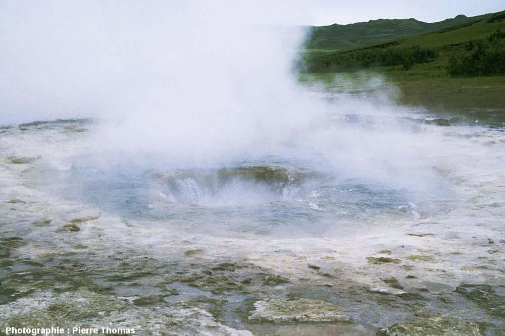 Le Strokkur (Islande), juste après une éruption