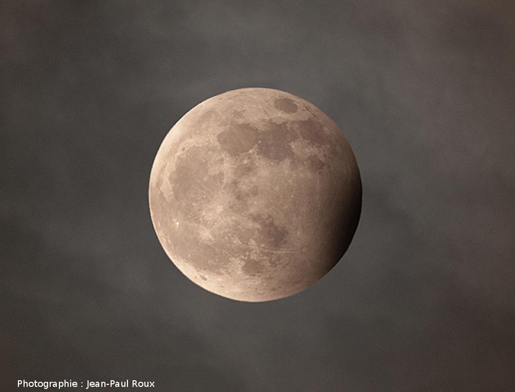 La Lune rentrant à peine dans l'ombre de la Terre (en bas à droite)