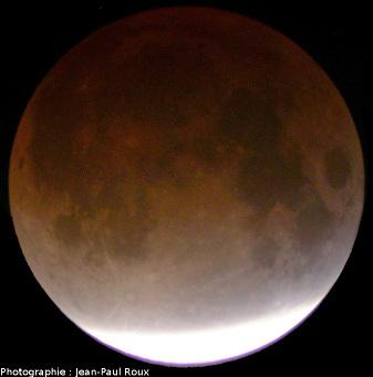 La Lune presque entièrement éclipsée