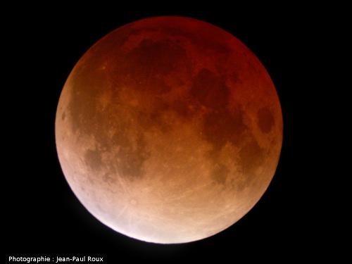 La Lune entièrement éclipsée