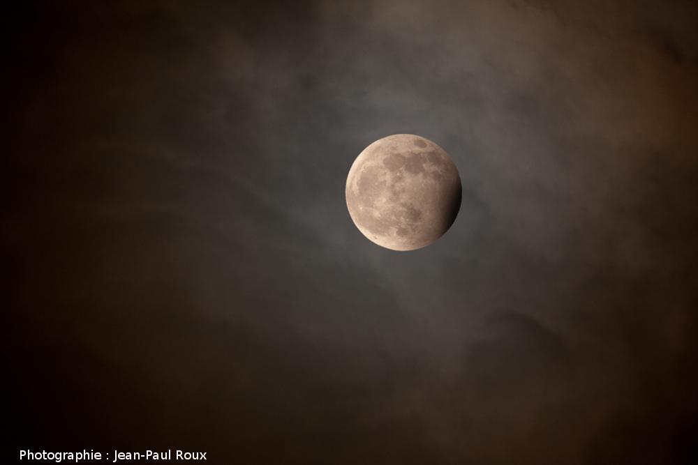 Une éclipse de Lune en phase partielle