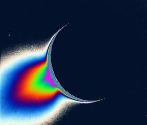 Traitement en fausses couleurs de l'image d'Encelade, montrant la taille de la zone contenant les micro-particules diffusant la lumière
