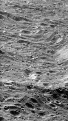 Vue détaillée oblique de la surface cratérisée de Rhéa