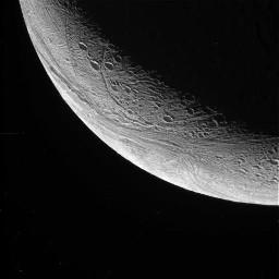 Croissant d'Encelade pris pendant l'éloignement de la sonde