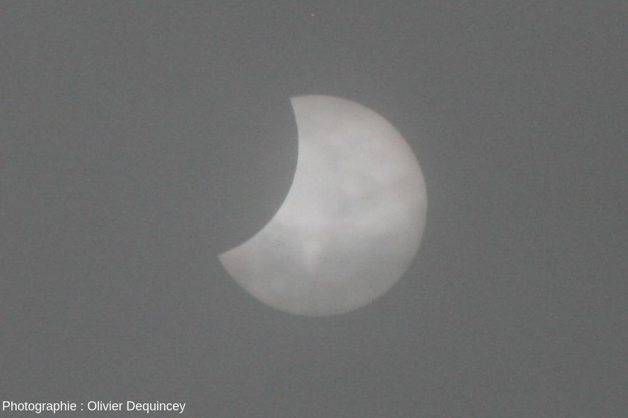 L'éclipse de Soleil du 20 mars 2015, vue de Lyon, à travers les nuages, en fin d'éclipse