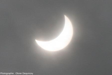 L'éclipse de Soleil du 20 mars 2015, vue de Lyon, à travers les nuages, un peu après l'occultation maximale