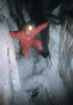 Rivière souterraine dans les marbres de la région de Svartissen (Norvège).