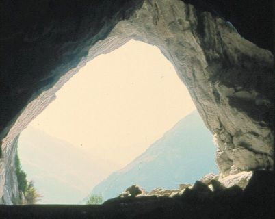 Le porche de la grotte de Niaux (Ariège, Pyrénées), avant qu'il ne soit occupé par une structure d'art contemporain.